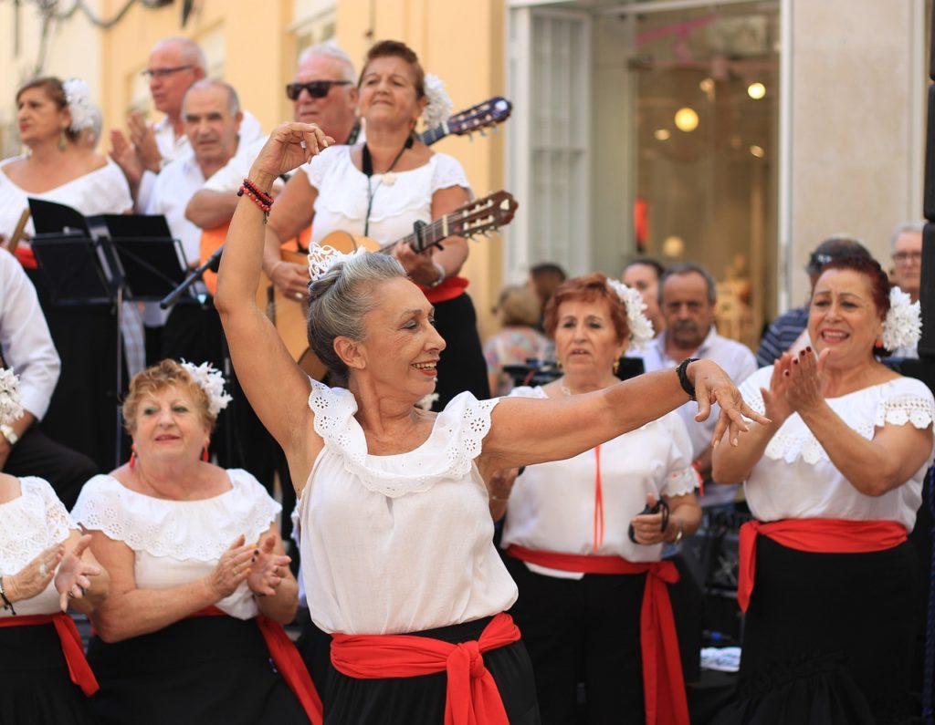 grupka osób tańczy i śpiewa etniczne melodie