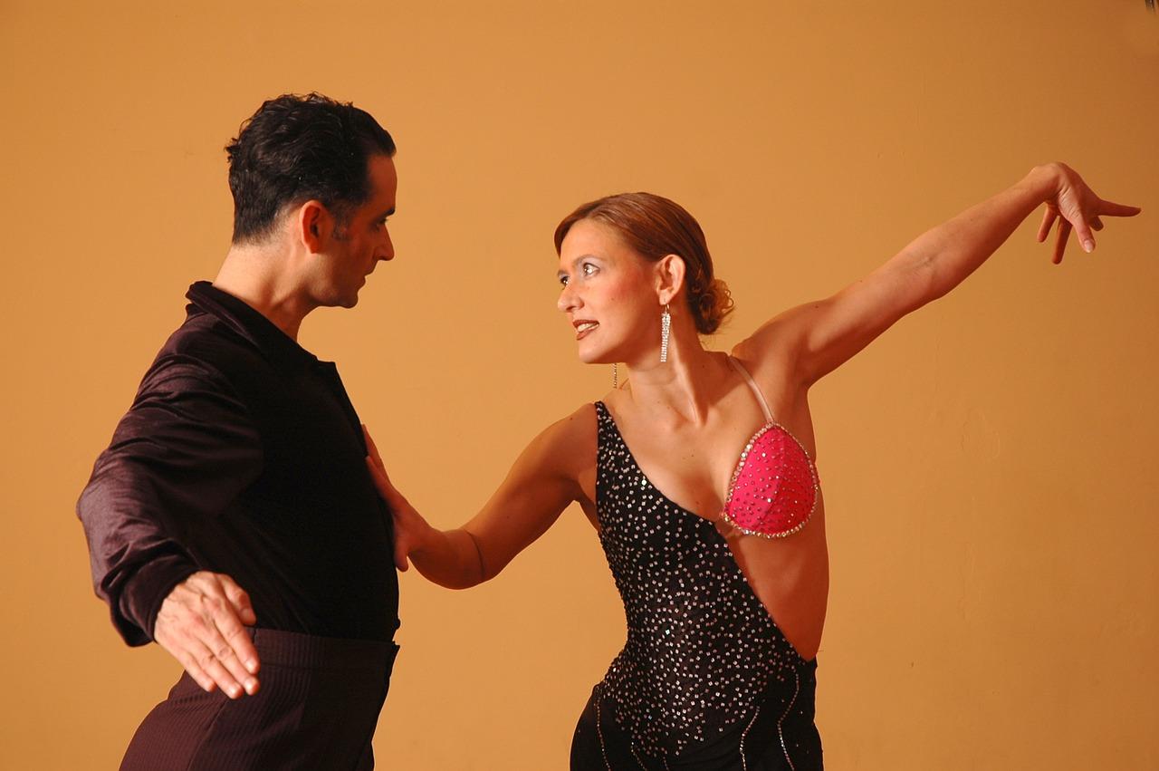 Para tancerzy tańczy taniec typu salsa