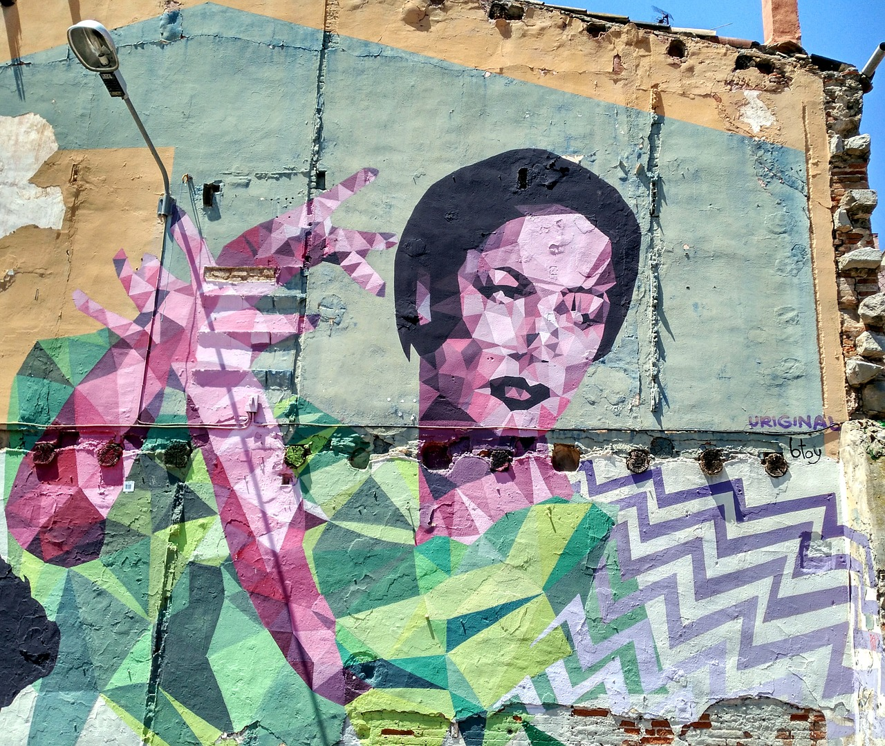 Mural na ścianie przedstawia tańczącą kobietę