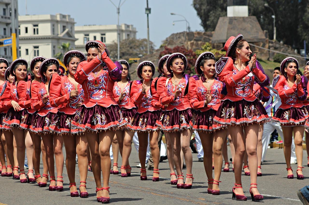 Grupa kobiet tańczy salsę na ulicy