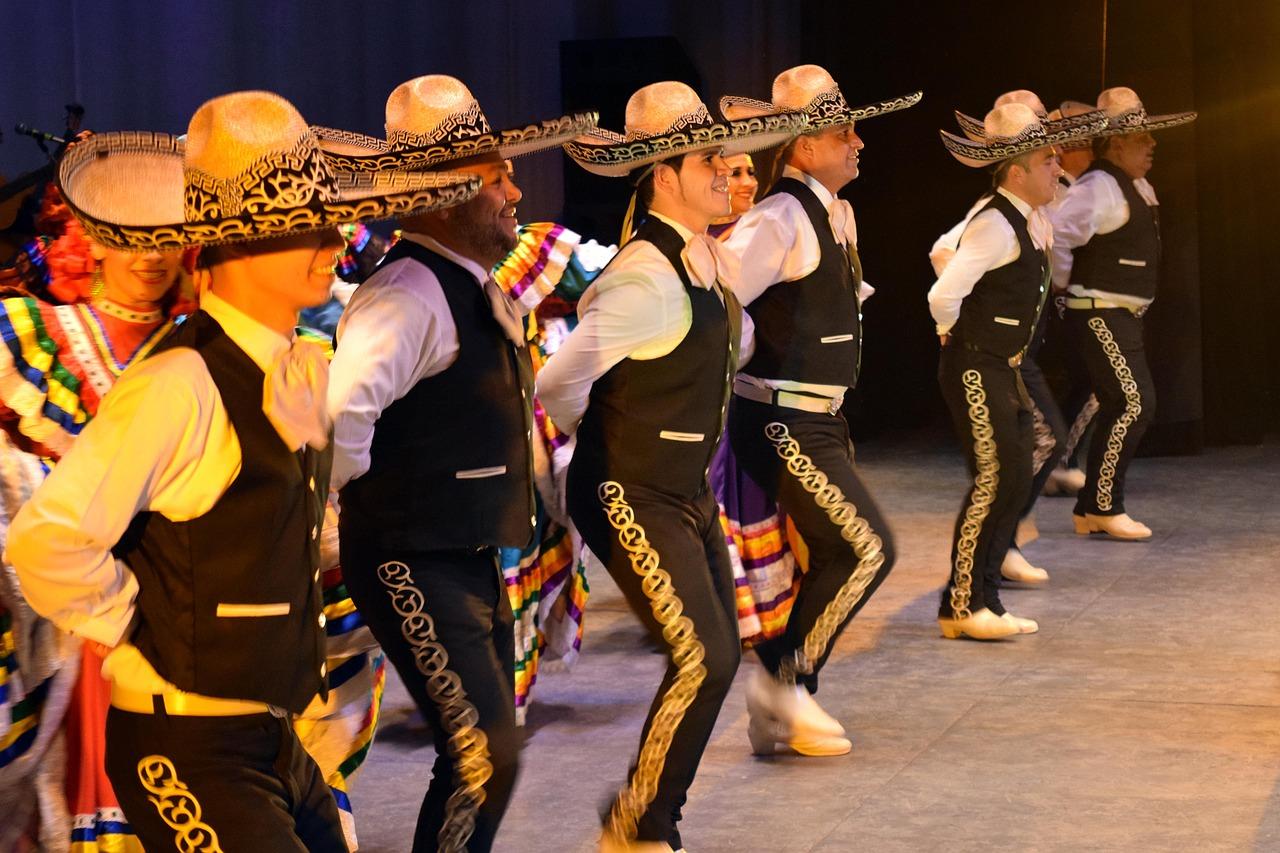 Mężczyźni wykonują taniec mariachi