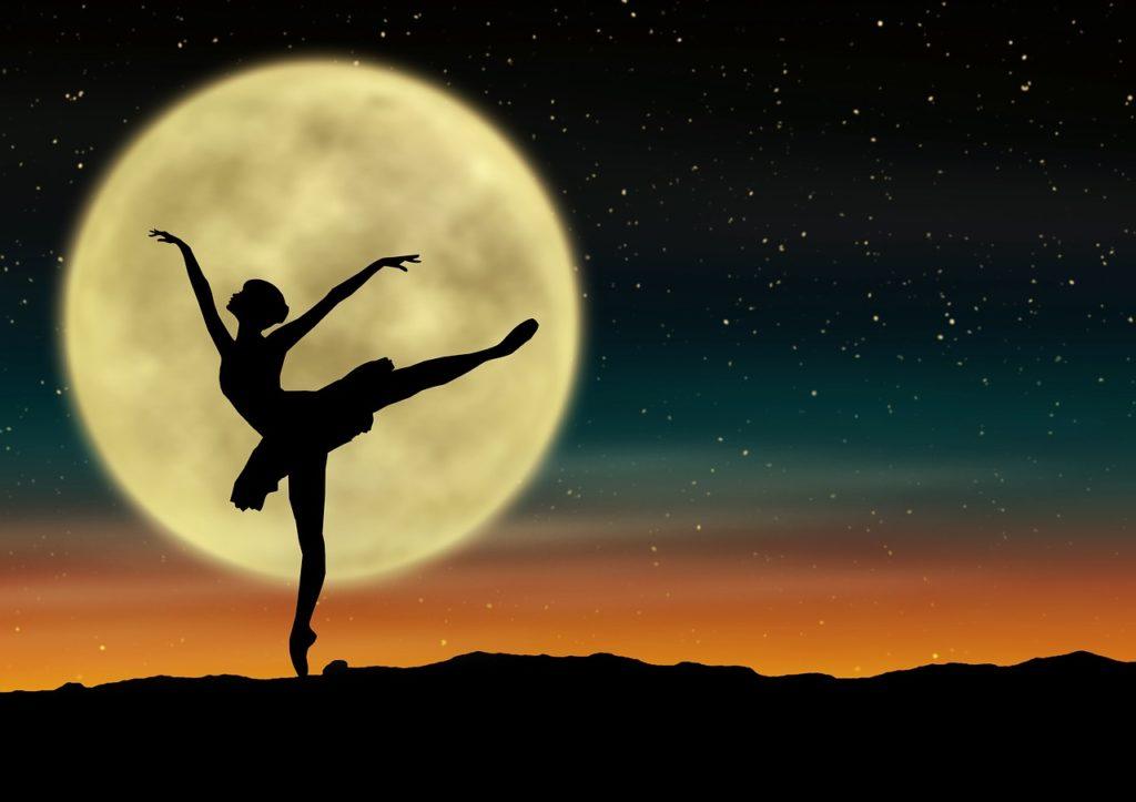 ilustracja pokazuje kobietę tańczącą na tle księżyca