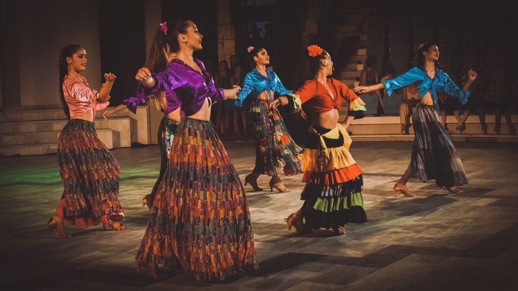 Kobiety tańczą grupowo salsę