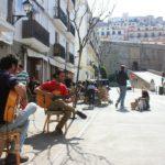 Mężczyźni grają salsę na gitarach na Ibizie