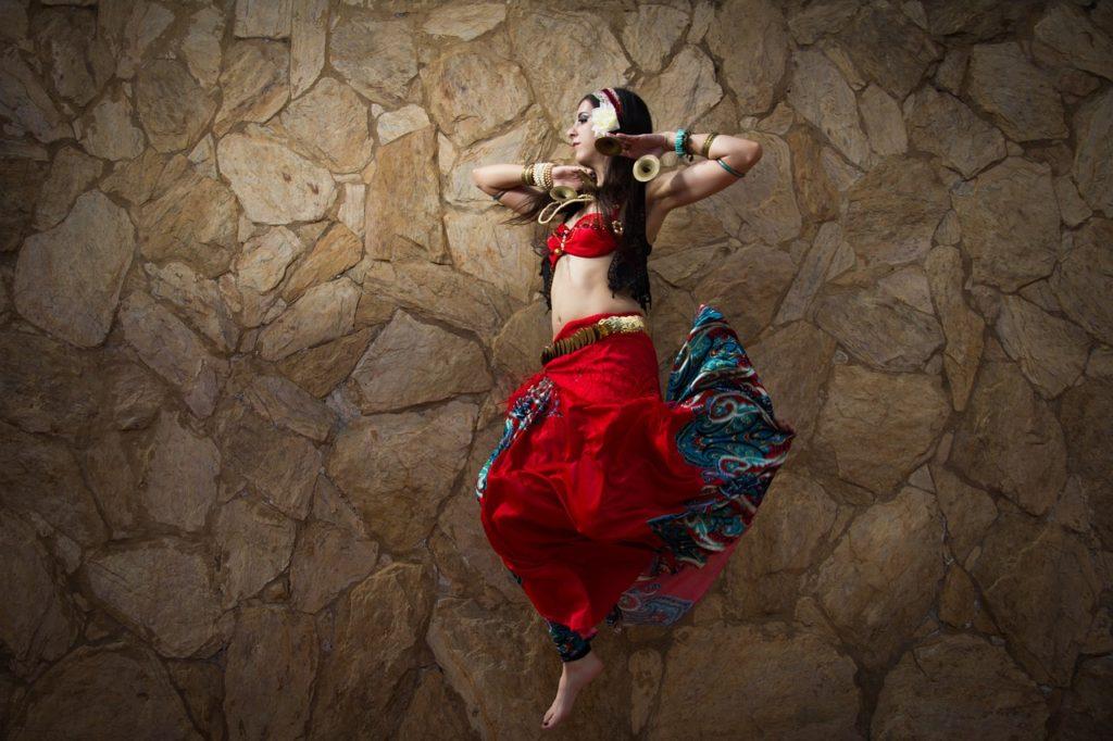 Etniczna kobieta tańczy swój taniec