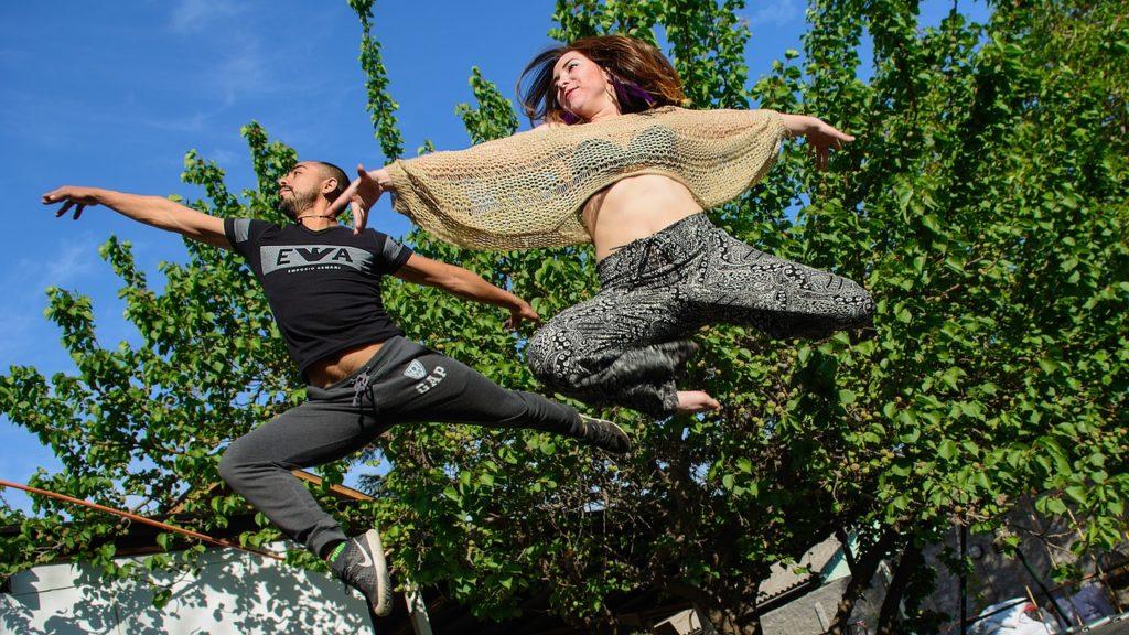 Para skacze i tańczy salsę nowoczesną