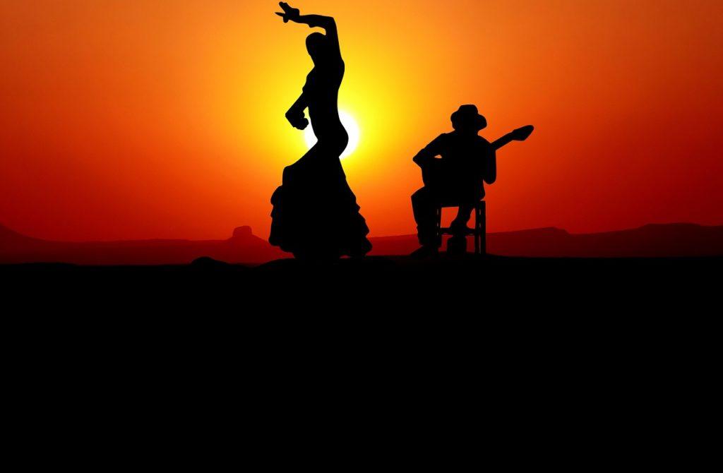 Para tańczy salsę o zachodzie słońca